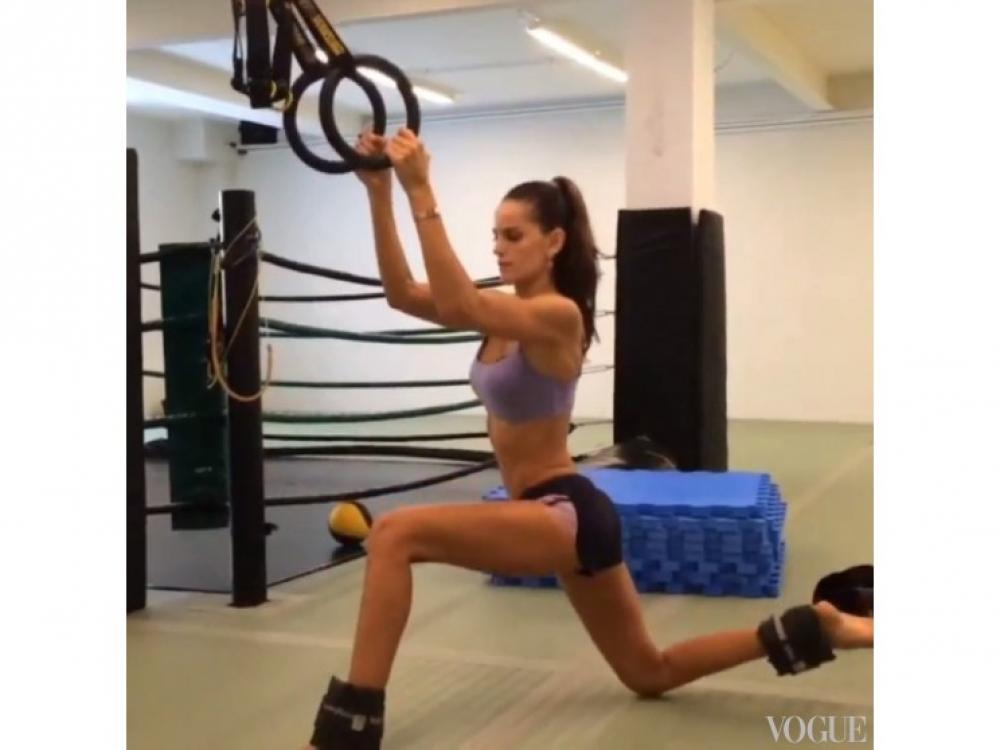 Изабель Гулар на TRX-тренировке качает мышцы бедер и ягодиц