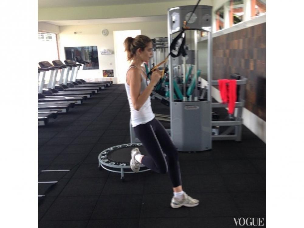 Ана Беатрис Баррос во время TRX-тренировки