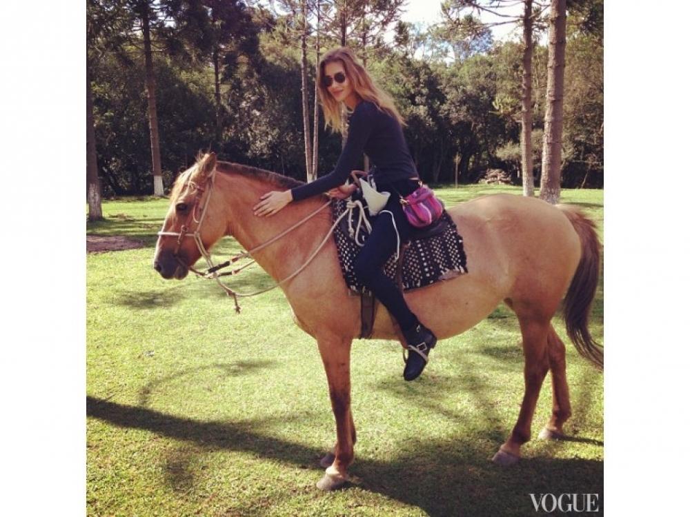 Ана Беатрис Баррос на конной прогулке