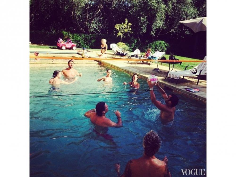 Алессандра Амбросио в бассейне играет с друзьями в водный волейбол