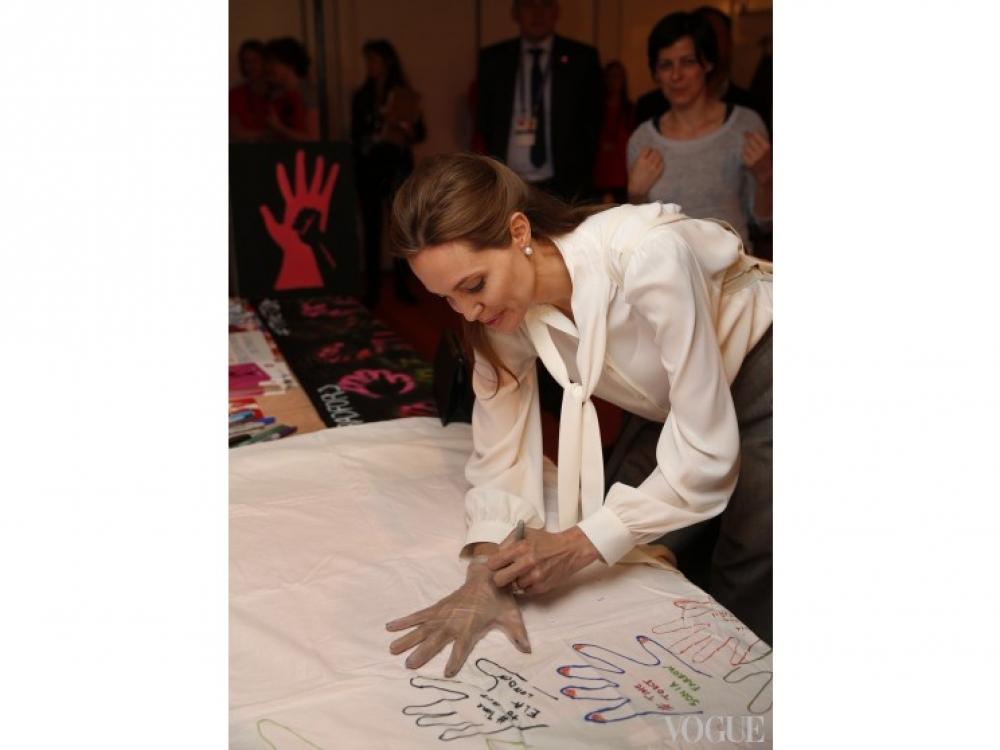 | Анджелина Джоли на саммите в Лондоне
