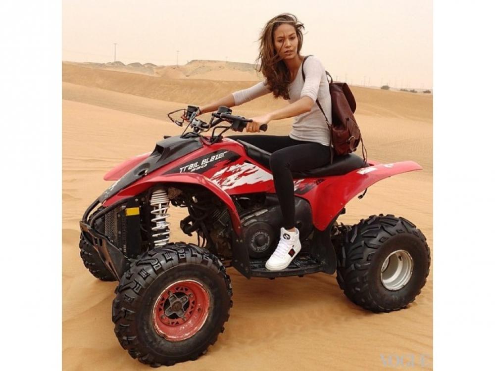 Джоан Смоллс катается на квадроцикле по песчаным дюнам в Дубае