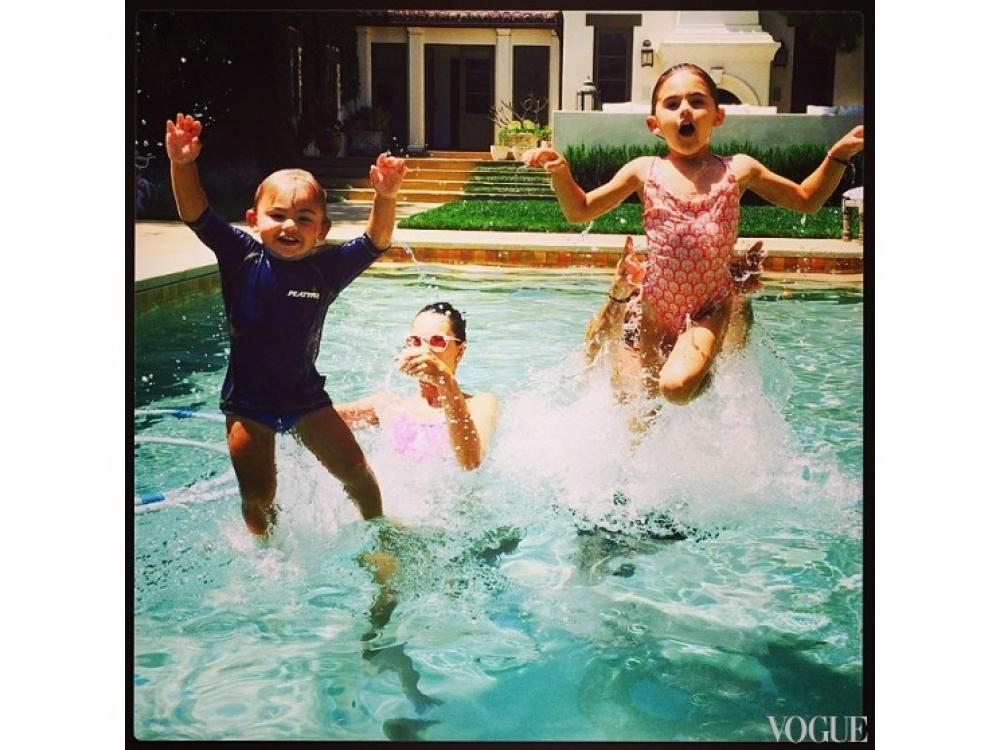 Алессандра Амбросио вместе с семьей активно проводит время в бассейне