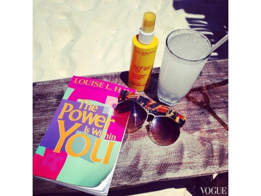 """Джордан Данн, отдыхая на пляже, читает книгу Луизы Хей """"Сила внутри нас"""""""