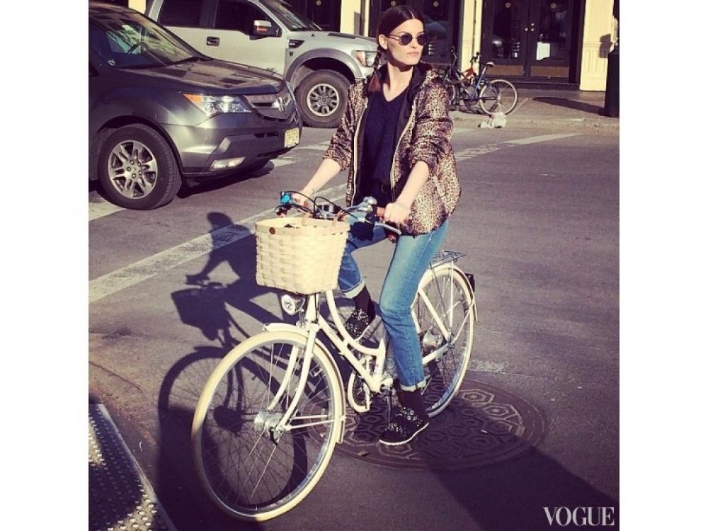 Ханнели Мустапарта катается на велосипеде Adeline Adeline