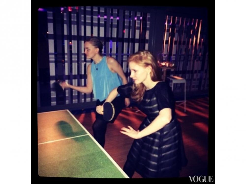 Джессика Честейн играет в пинг-понг