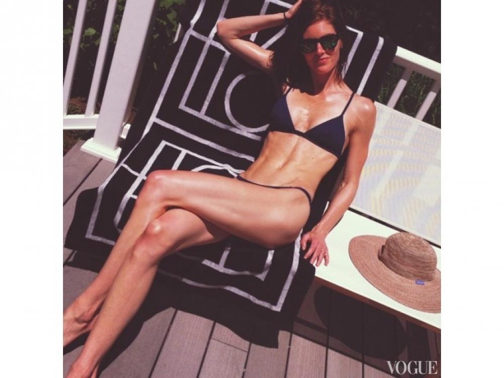 Хилари Рода принимает солнечные ванны в выходные дни: все, что нужно для загара – бикини Solid and Striped и пляжное полотенце Tot?me