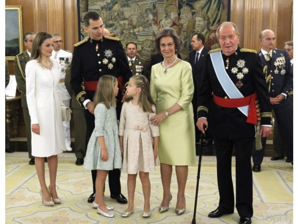 Король Хуан Карлос, королева София, король Фелипе VI, королева Летиция, принцессы Леонор и София во дворце Сарсуела