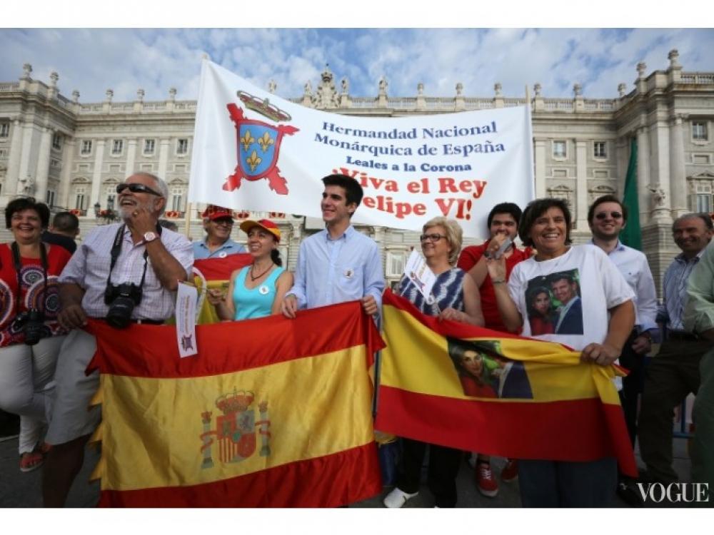 Испанцы приветствуют нового короля