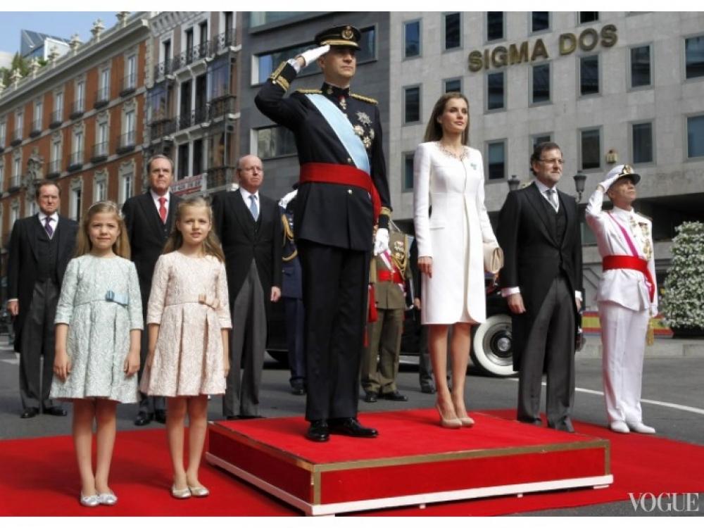 Король Фелипе VI и королева Летиция приветствуют парад в их честь