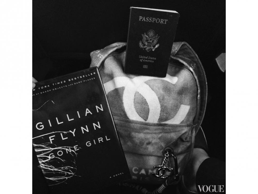 """Хлоя Морец по пути в Канаду на ежегодную церемонию MuchMusic Video Awards 2014 читает книгу американской писательницы Гиллиан Флинн """"Исчезнувшая"""""""