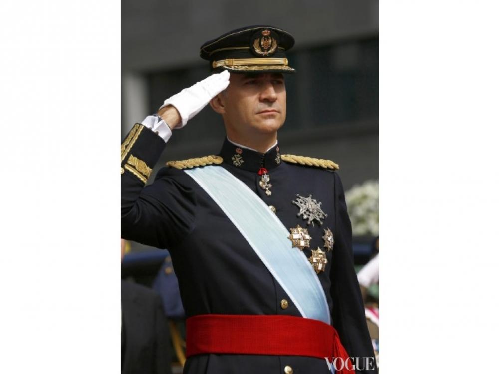 король Фелипе VI приветствует парад Вооруженных сил Испании