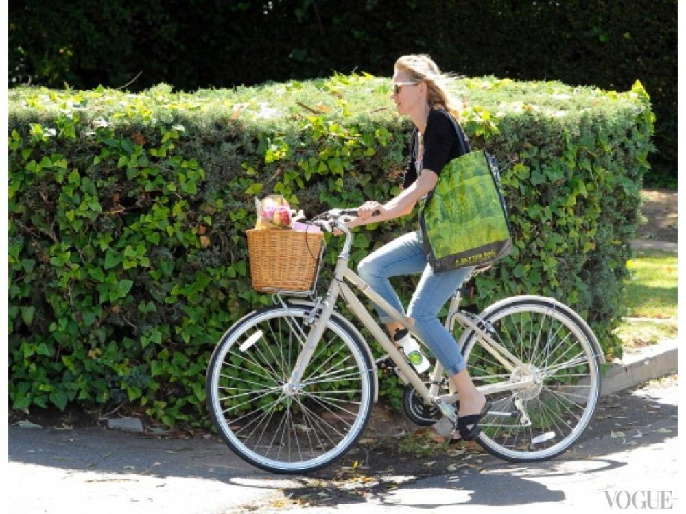 Наоми Уоттс иногда отправляется за покупками на велосипеде (вместе со своим возлюбленным Левом Шрайбером, который остался за кадром)