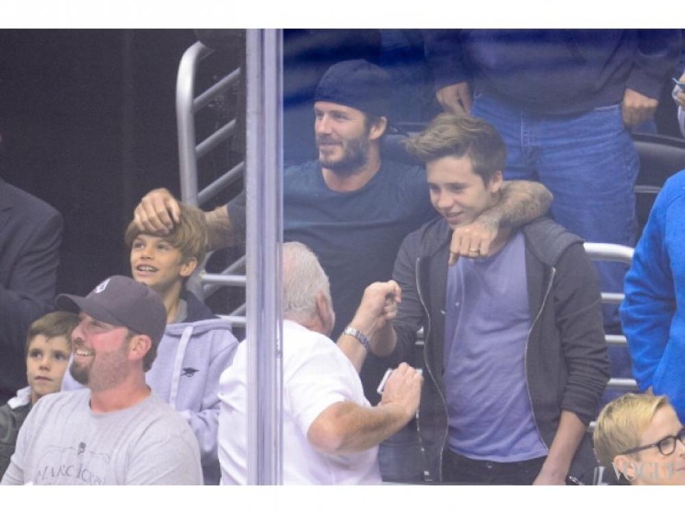 Дэвид Бекхэм с сыновьями Ромео и Бруклином на хоккейном матче