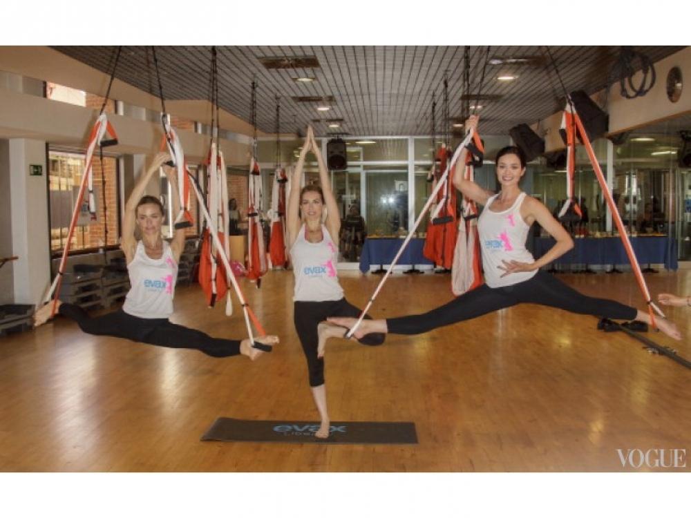 Дафна Фернандес, Кира Миро и Вероника Блюм на мастер-классе по флай-йоге
