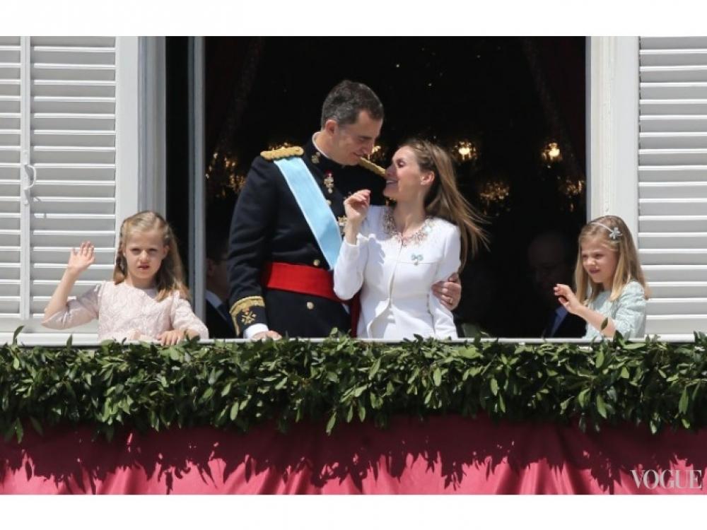 Король Фелипе VI и королева Летиция на балконе Королевского дворца