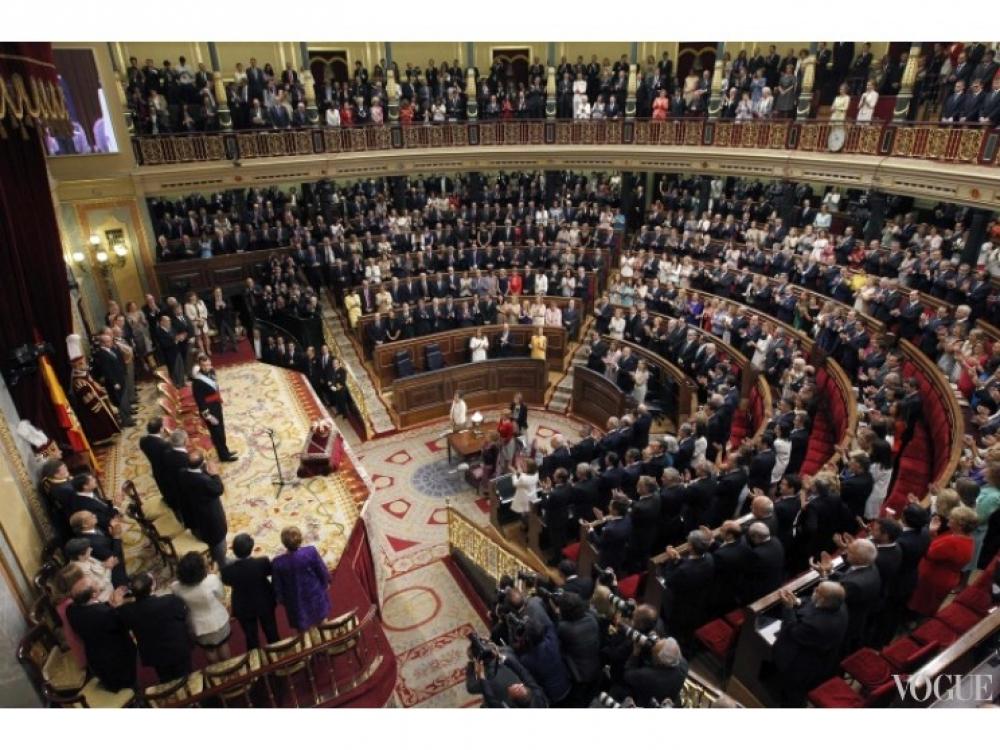 Члены парламента встречают короля Фелипе VI