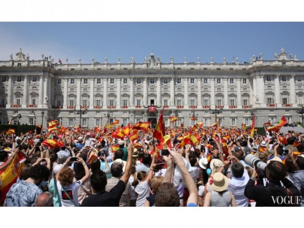 Испанцы приветствуют нового монарха