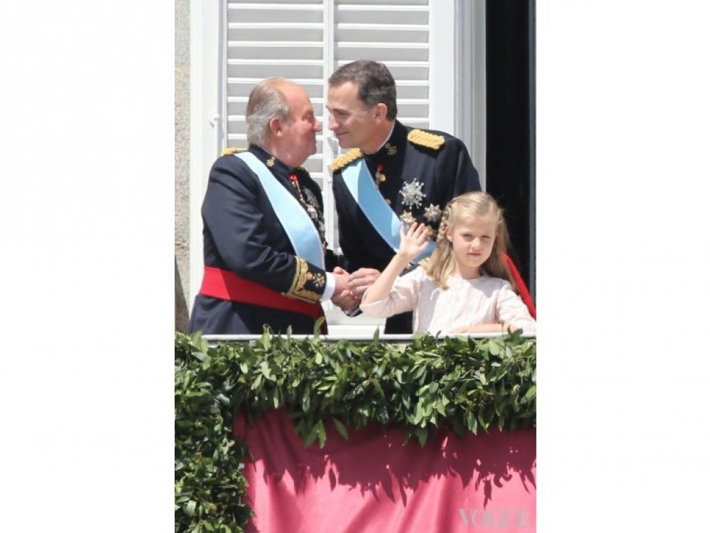 Король Фелипе VI принимает поздравления от своего отца Хуан карлоса I
