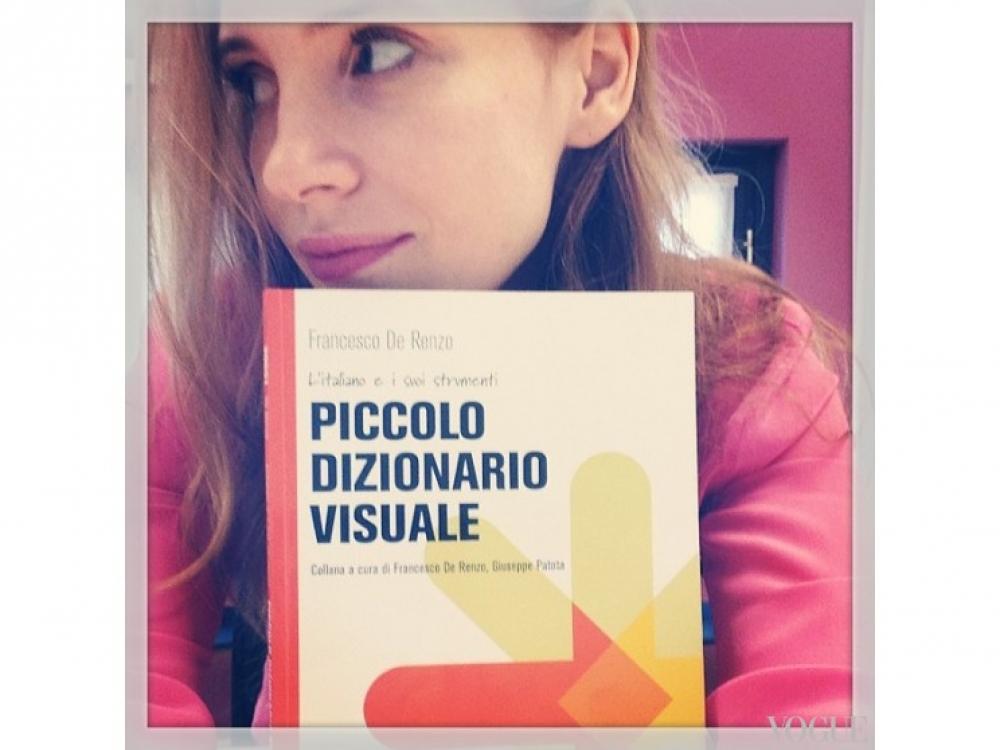 """Джессика Честейн изучает итальянский язык (в руках – Малый визуальный словарь): """"Если бы только изучение языка было настолько простым, как обложка этой книги"""", – комментирует актриса"""
