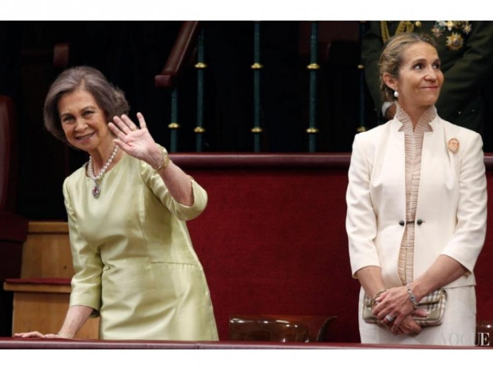 Королева София приветствует публику