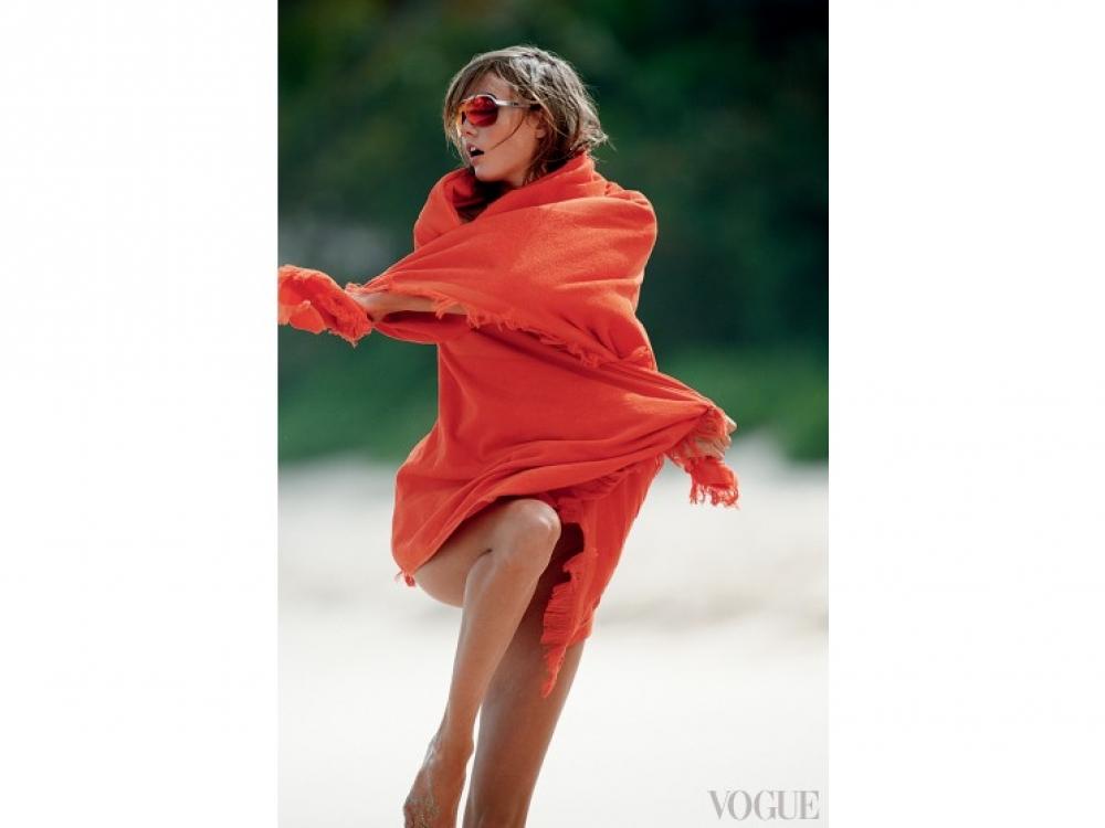 Купальник из ламе, махровое полотенце, все – Eres; очки, Dior