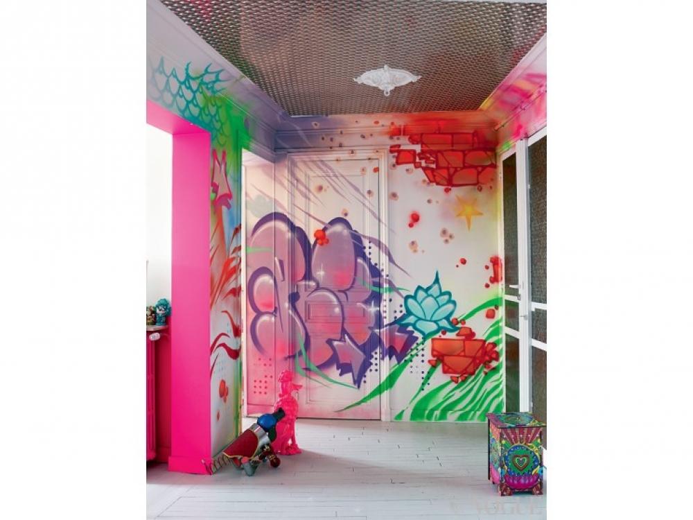 Коридор разукрашен граффити стрит-арт-художника Rude