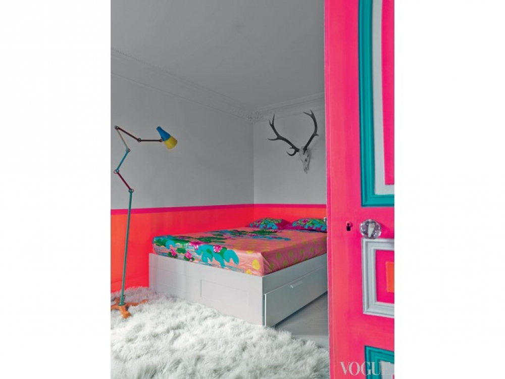 Спальня дизайнера также испытала насебе силу цвета. Накровати– постельное белье изколлекции Manish Arora for Portico. Стену украшает голова оленя, апол– ковер изшкуры козы. Визножье кровати– светильник MIROBOLITE Ts? & Ts?