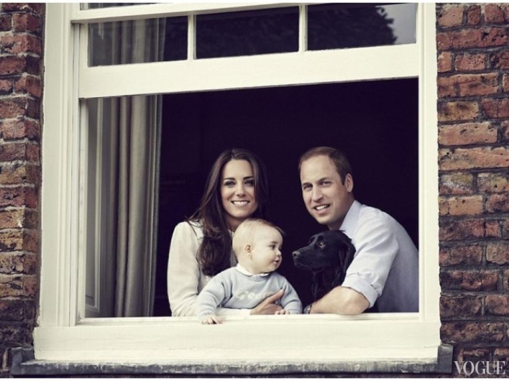Принц Георг со своими родителями на втором официальном портрете герцогов, март 2014 года
