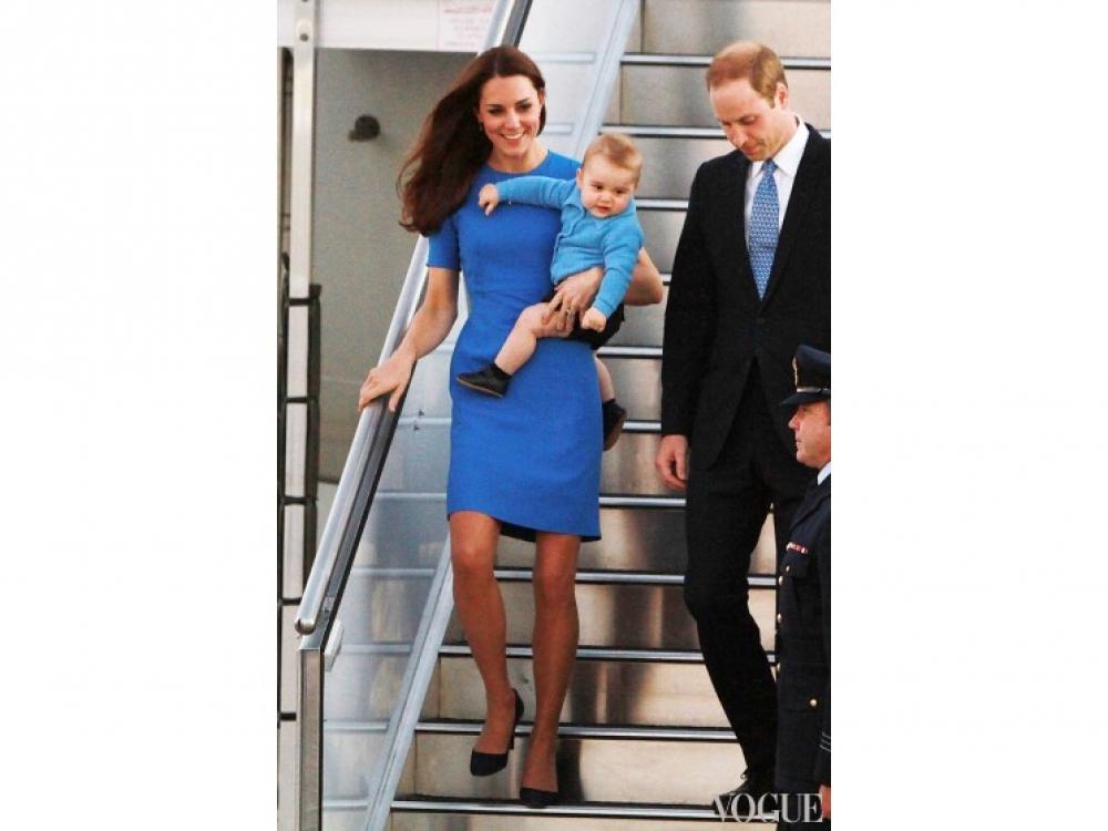 Кейт МИддлтон, принц Георг и принц Уильям сходят с трапа в Канберре во время их месячного новозеландско-австралийского турне, апрель 2014 года