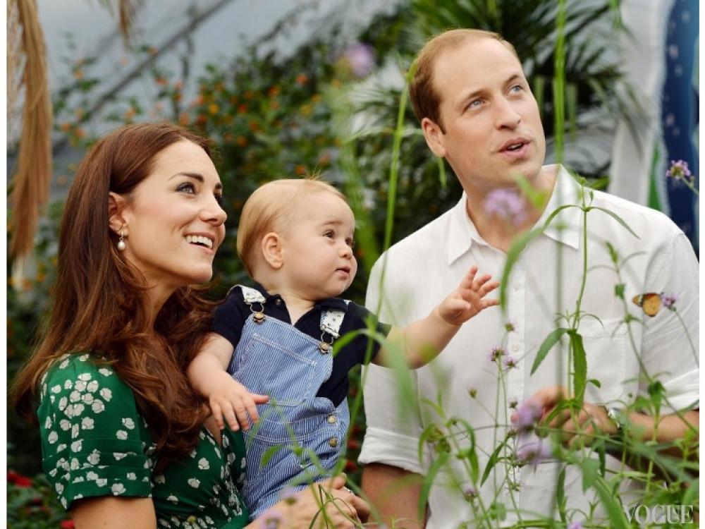 """Кейт Миддлтон держит на руках принца Георга во время посещения выставки """"Поразительные бабочки"""" в Музее естественной истории, июль 2014 года"""