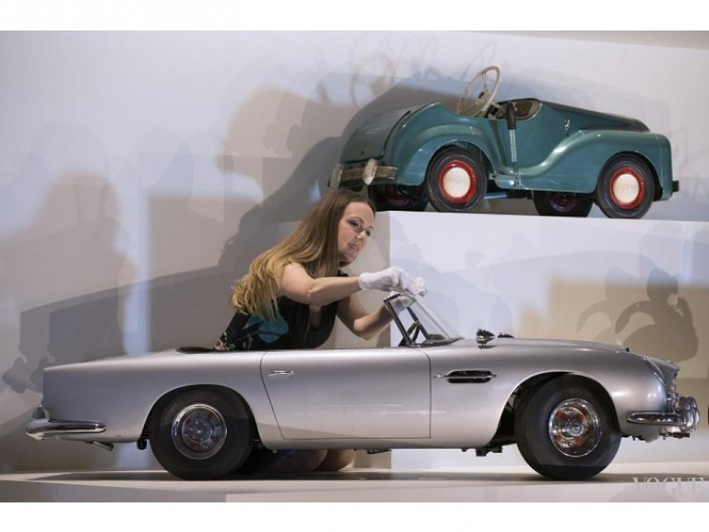 Миниатюрный Aston Martin DB5, презентованный принцу Эндрю в 1966