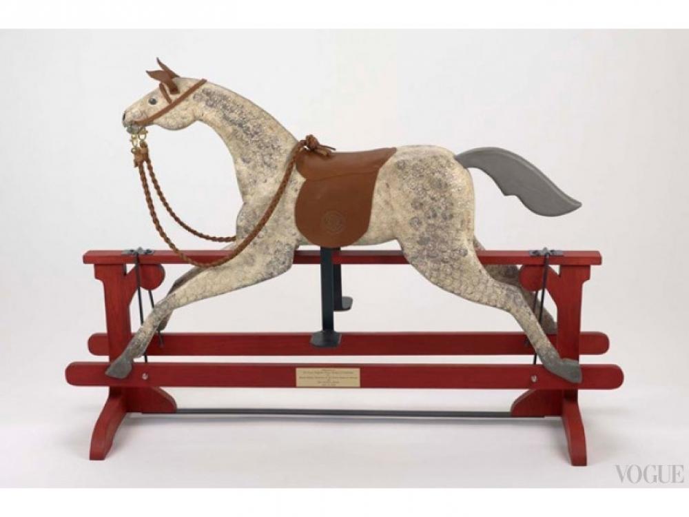 Игрушечный конь-качалка принца Георга, подаренный Бараком и Мишель Обама