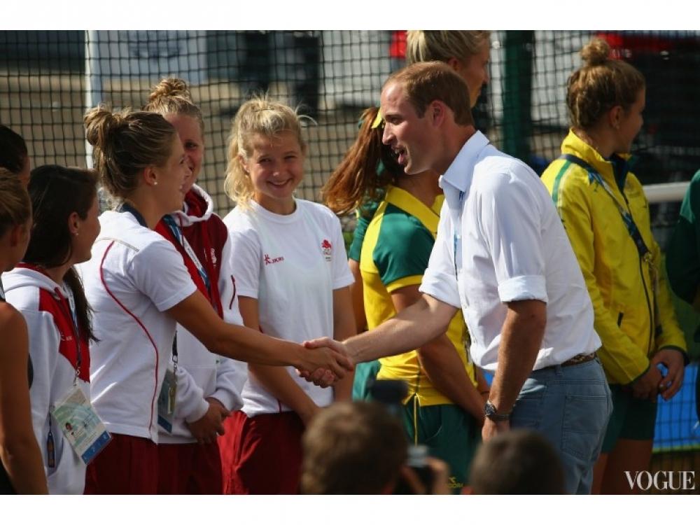 Принц Уильям приветствует женскую сборную Англии по хоккею на траве