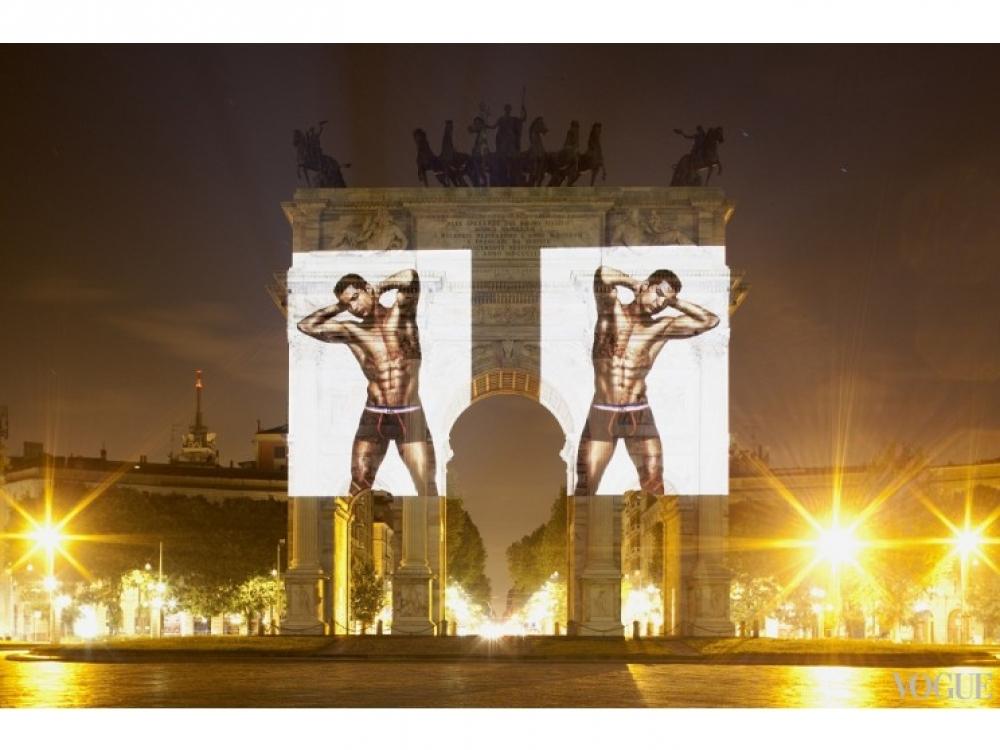Рекламная кампания коллекции нижнего белья Криштиану Роналду на Арке Мира в Милане
