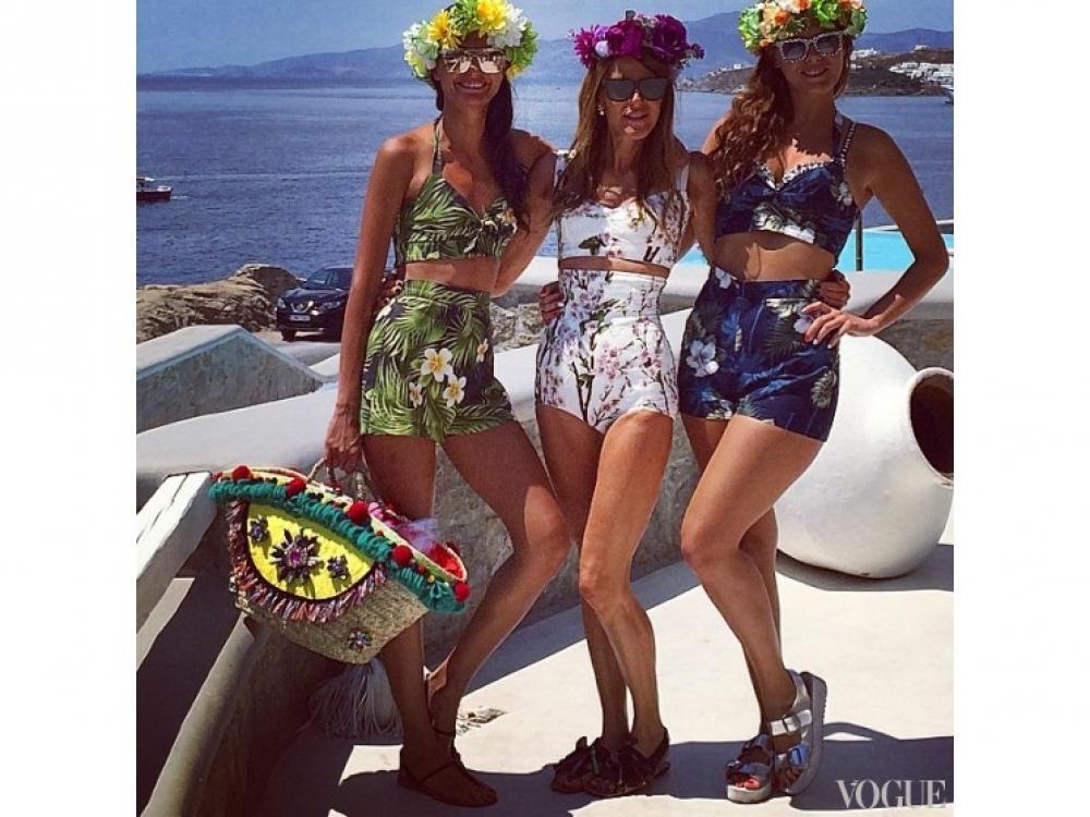 Джованна Батталья, Анна Делло Руссо и Сара Батталья на острове Миконос в корсетах Dolce&Gabbana