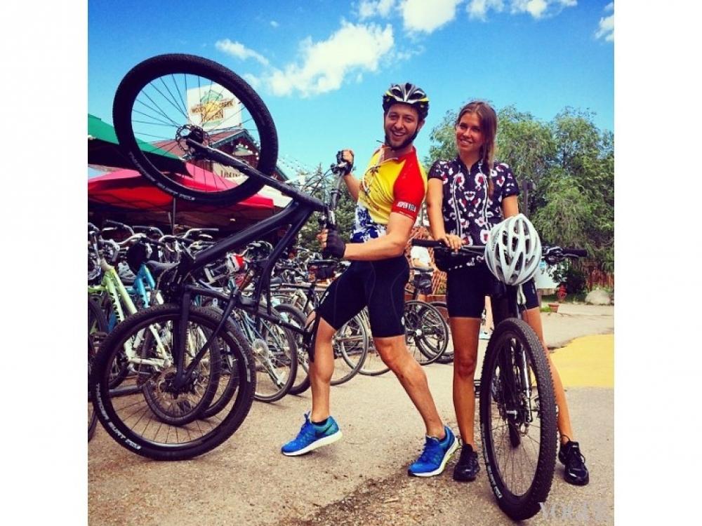 Дерек Бласберг и Даша Жукова катаются на велосипедах в Аспене, штат Колорадо