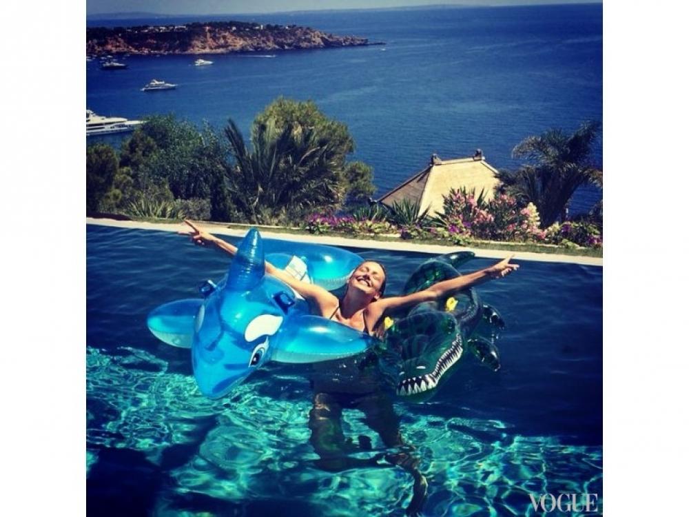 Кармен Педару отдыхает на Ибице со своей подругой Джоан Смоллс