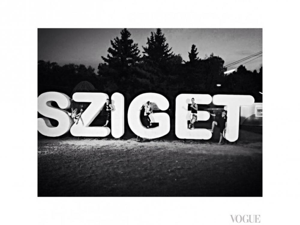 Барбара Палвин отправилась c друзьями на фест Sziget в Будапеште