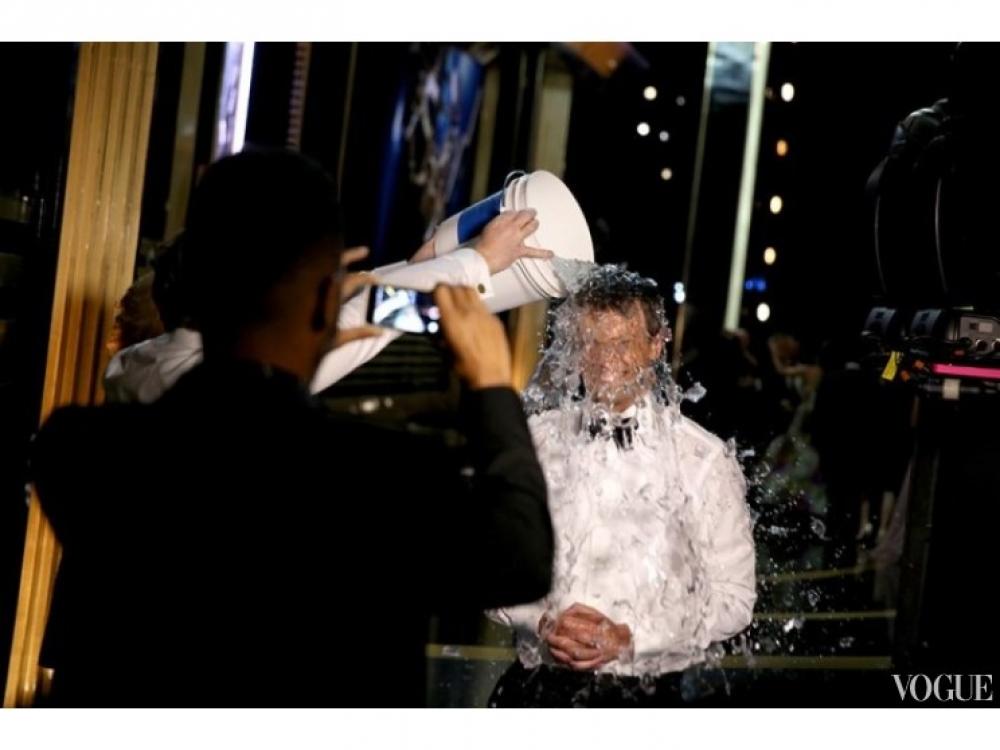 Сет Майерс принимает участие в ice bucket challenge