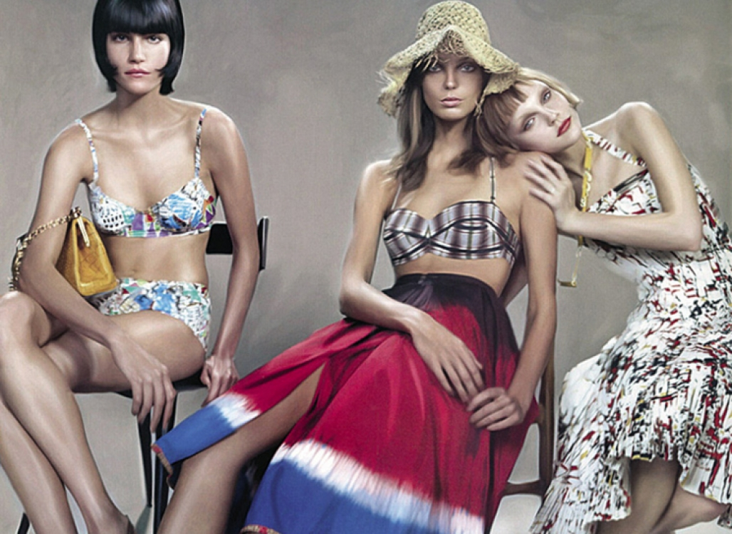 7. Рекламная кампания Prada, весна-лето – 2004. С моделями Дарьей Вербовой и Джессикой Стэм. Фотограф: Стивен Мейзел
