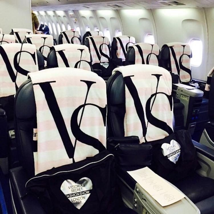 Самолет Victoria's Secret