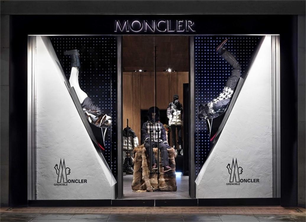 Рождественские витрины Moncler