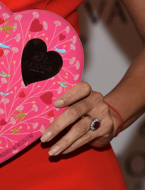 Ева Лонгория носит рубиновый камень, окруженный ореолом мелких бриллиантов