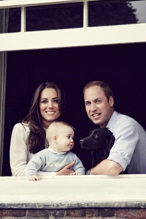 Официальный портрет принца Георга с родителями и собакой по кличке Лупо, сделанный на День матери в марте 2014 года