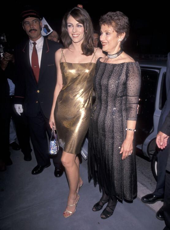 Элизабет Херли и Эвелин Лаудер на ужине Фонда исследований рака молочной железы, 1999