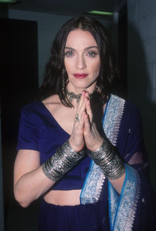 1998. Руки с росписью мехенди, экзотический макияж. Мадонна увлечена мистицизмом - на MTV Video Music Awards