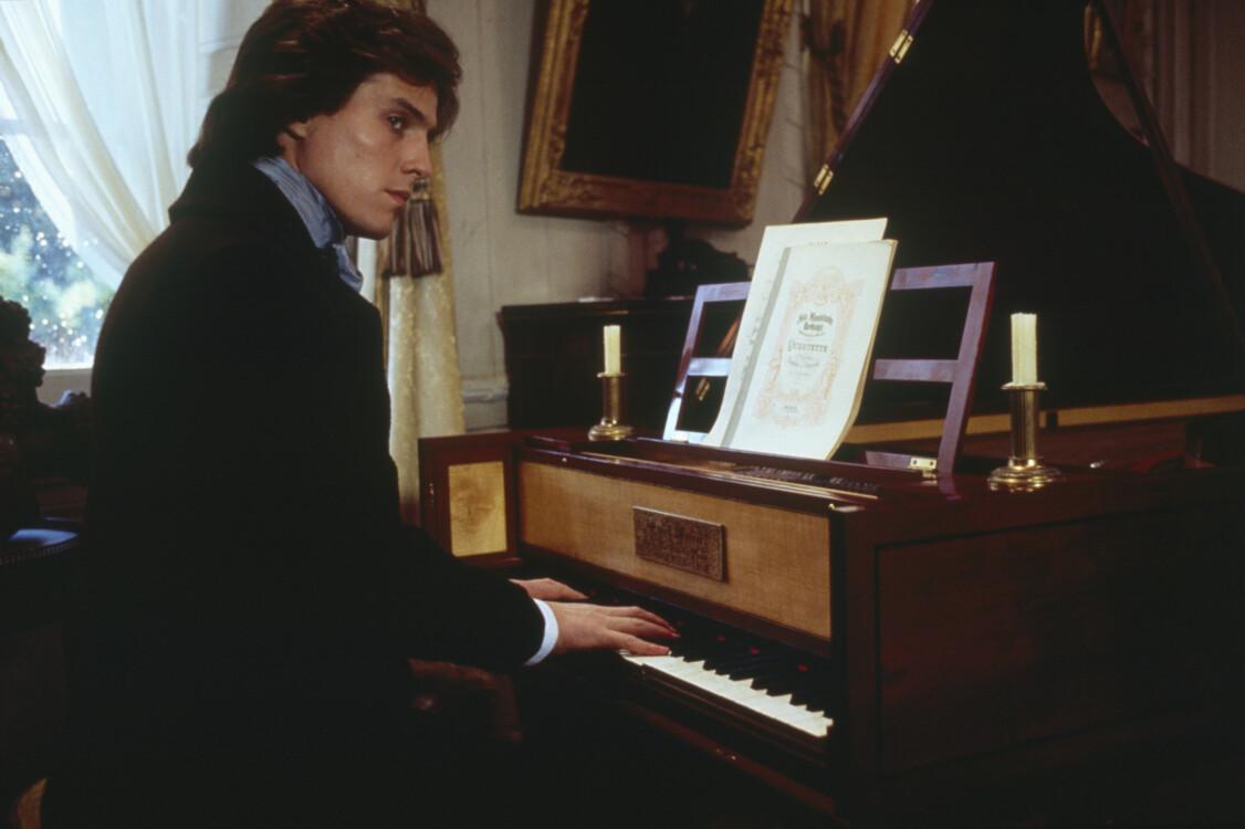 Хью Грант на съемках фильма «Экспромт» американского режиссера и сценариста Джеймса Лапина во Франции, 1991
