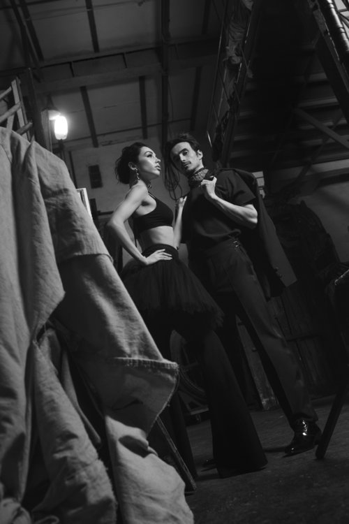 На Екатерине: брюки Givenchy, топ. На Александре: смокинг, платок и обувь Tom Ford, футболка Neil Barrett