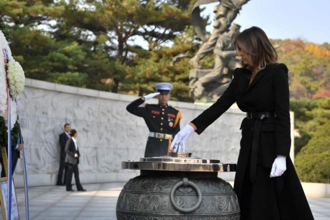 Мелания Трамп в пальто Alexander McQueen